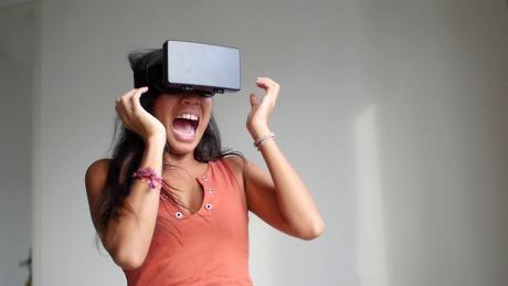与其跟人从众挤挤挤,不如戴上VR让自己抖抖抖.mp4