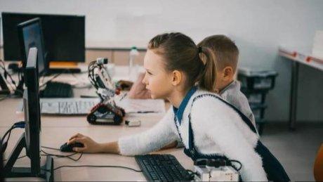 """互联网大会上的""""未来世界""""会告诉你现在学习少儿编程的必要性。"""