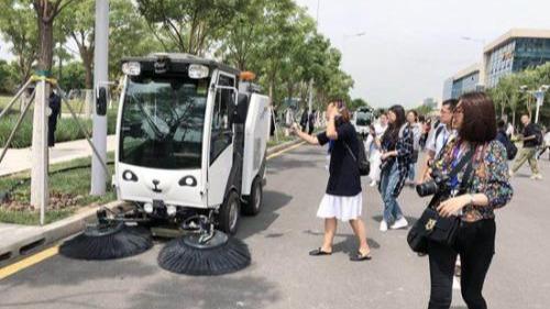 200台自动驾驶扫路车交付 环卫车制造基地迎智能升级
